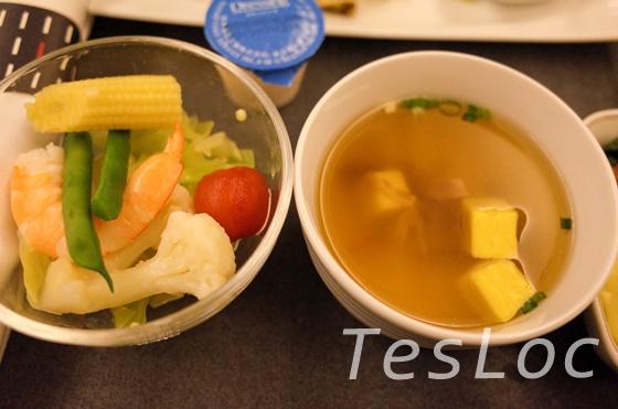 JALビジネスクラス台北行き機内食スープとサラダ