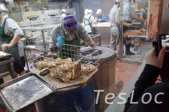 阜杭豆漿で厚餅を焼いている様子