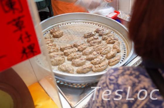 阿蘭草仔粿芋粿でお餅を蒸しているところ