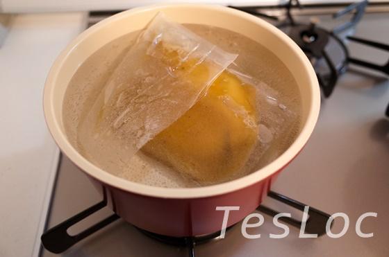 宅麺.com一燈のスープを湯煎で温めているところ