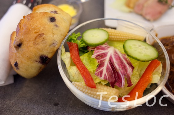 JALビジネスクラス―松山羽田便機内食―パンとサラダ