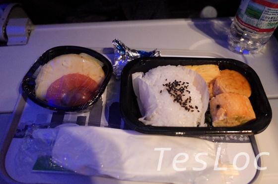 アメリカン航空機内食朝食の鮭+ご飯