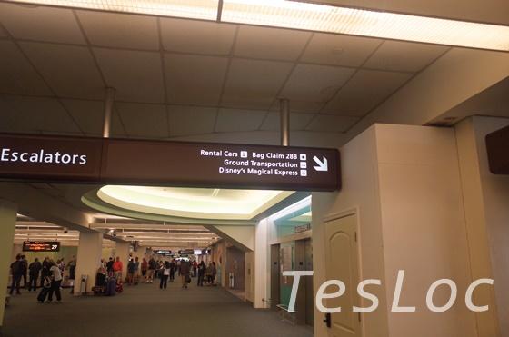 オーランド空港1階への案内板
