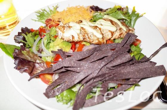 WDWハリウッドスタジオ「サイ・ファイ・ダイン・イン」グリルチキンのサラダ