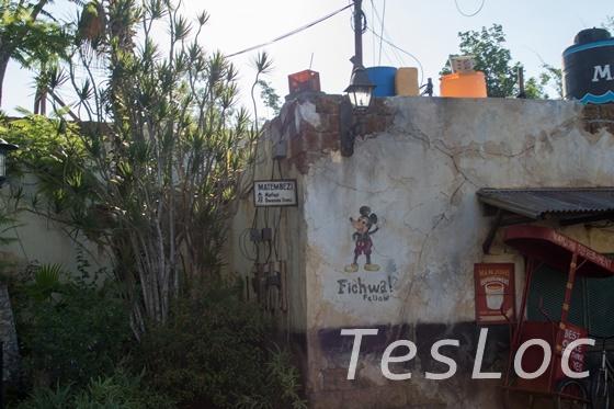 WDWアニマル・キングダム、アフリカエリアの壁に落書きされたミッキー