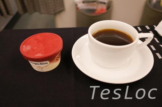 羽田ー台北松山間ビジネスクラスのコーヒーとハーゲンダッツ